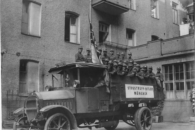 De 'Stoottroep Hitler' was een paramilitaire afdeling uit de begintijd van de NSDAP. Foto Heinrich Hoffmann, Bayreuth, 30-09-1923. München, Bayerische Staatsbibliothek