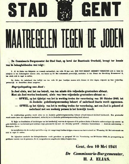 In mei 1941 moet de Jodenregistratie overal worden overgedaan. De identiteitskaarten krijgen nu ook het grote rode stempel 'JOOD–JUIF'. Affiche van de stad Gent. Brussel, CegeSoma