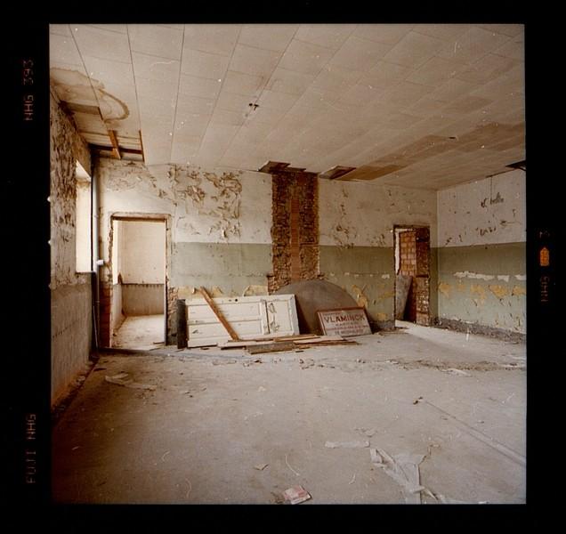 Na het verhuis van het leger naar een nieuwe kazerne in Peutie, het gebouw heeft zware schade geleden. Mechelen, Kazerne Dossin