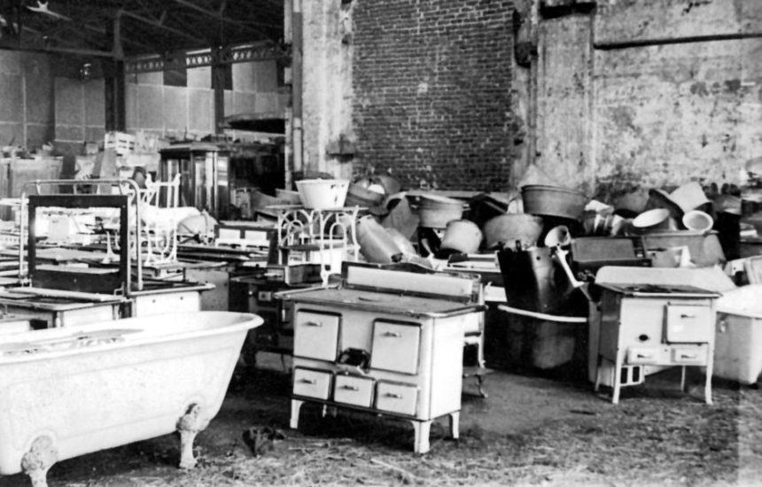 Opgestapelde huisraad, waaronder geroofde Joodse bezittingen, in de Reichsbahnhallen te Oberhausen. Oberhausen, Stadtarchiv