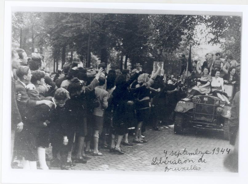 Bevrijding van Brussel, 4 september 1944. De foto werd gemaakt door David Isboutsky, die in 1941 uit België gevlucht was en bij de Bevrijding Brussel binnentrok met de Brigade Piron. In 1946 emigreerde hij naar het Britse mandaatgebied Palestina, het latere Israël. Mechelen, Kazerne Dossin