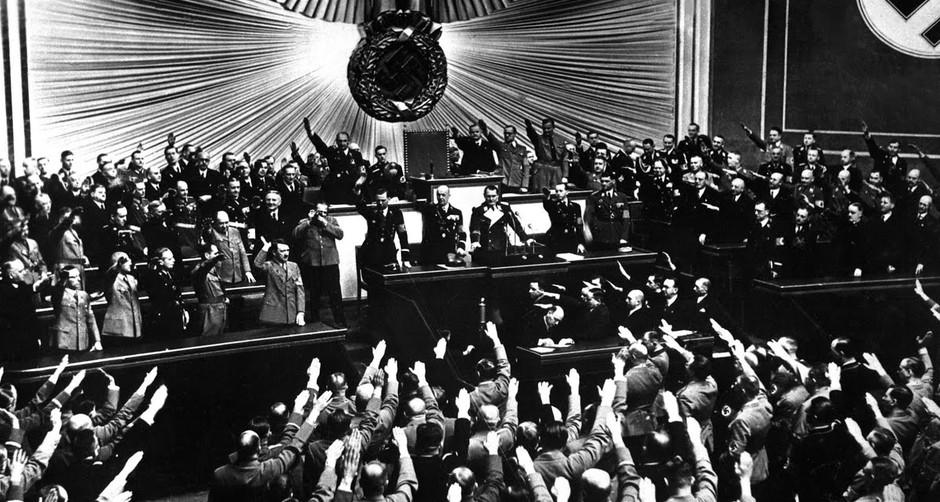 Op 23 maart verkrijgt Hitler een grondwetswijziging die hem wetgevende macht toekent, buiten het parlement om. De dictatuur van het Derde Rijk is een feit. Koblenz, Bundesarchiv