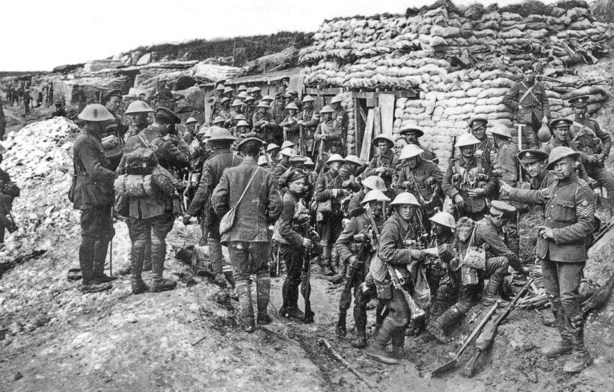 """Groep van het Public Schools Battalion (16e Bataljon, het Middlesex Regiment) in """"White City"""", vlak voor de Slag aan de Somme, 1916."""